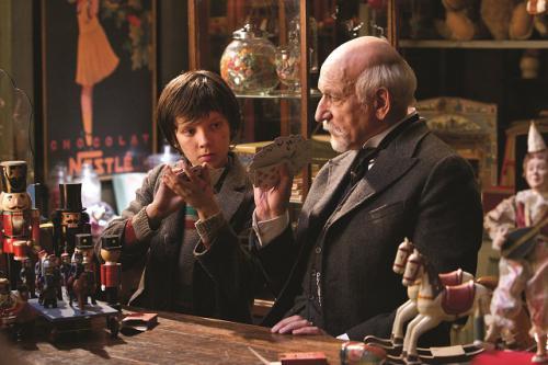 Hugo (Asa Butterfield) és George Méliès (Ben Kingsley