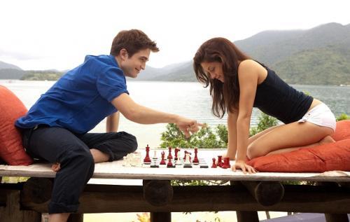 Bella (Kristen Stewart) és Edward (Robert Pattinson) sakkoznak