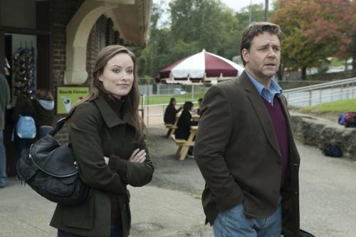Elizabeth Banks és Russell Crowe A következő három nap c. filmben