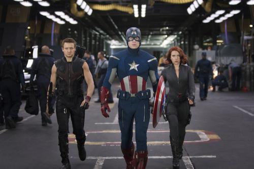 Jeremy Renner, Chris Evans és Scarlett Johansson a Bosszúállók c. filmben
