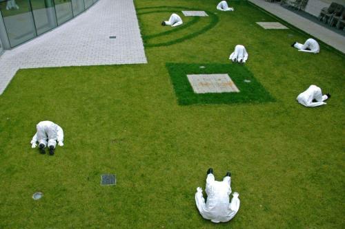 Chilf Mária installációja a Modem kertjében
