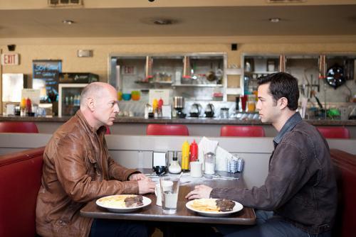 Bruce Willis és Joseph Gordon-Levitt az idős és a fiatal Joe szerepében