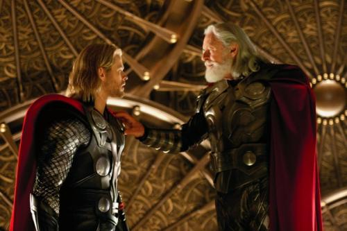 Chris Hemsworth és Sir Anthony Hopkins a Thor c. filmben